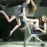 Śmieszne dziewczyny z zakupy tramwajem zdjęcia royalty free
