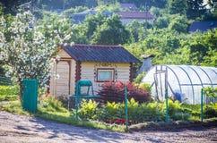 śmiesznego ogrodowego dziewczyny domu mały lunch Fotografia Royalty Free