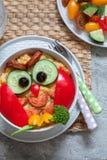 Śmiesznego sowy puree ziemniaczane jarzynowy puree z kiełbasą dla dzieciaków je lunch Obrazy Stock