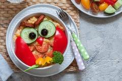 Śmiesznego sowy puree ziemniaczane jarzynowy puree z kiełbasą dla dzieciaków je lunch Obraz Royalty Free
