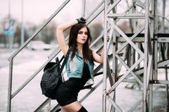 Śmiesznego szalonego splendoru młodej kobiety elegancki seksowny uśmiechnięty piękny mod Fotografia Stock