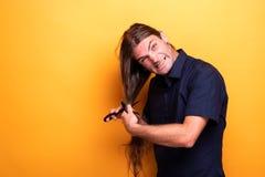 Śmiesznego twarz mężczyzna tnący włosy fotografia stock