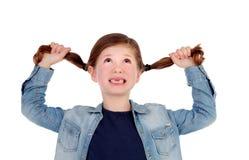 Śmiesznej małej dziewczynki bezzębny ciągnięcie jej pigtails Obraz Royalty Free