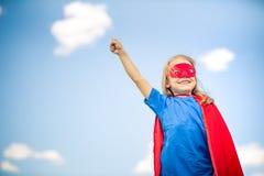 Śmiesznej małej dziewczynki władzy plaing super bohater zdjęcie royalty free