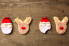 Śmieszni bożych narodzeń ciastka Santa i renifer na drewnianym tle Fotografia Royalty Free