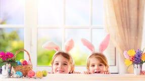 Śmieszni dzieci Z królików ucho Bawić się zdjęcie stock