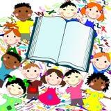 Śmieszni dzieciaki różne rasy z dużą książką Fotografia Stock