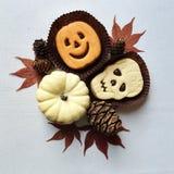 Śmieszni Halloweenowi kanapek ciastka i wakacyjne dekoracje fotografia stock
