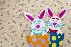 Śmieszni handmade króliki umieszczający kreskówek inside jajka z copyspace Zdjęcia Royalty Free