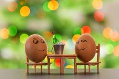 Śmieszni jajka na plażowego krzesła relaksować Zdjęcie Royalty Free