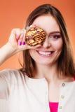 Śmieszni kobieta chwyty zasychają w ręce zakrywa jej oko Obrazy Stock