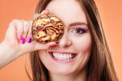 Śmieszni kobieta chwyty zasychają w ręce zakrywa jej oko Zdjęcie Stock