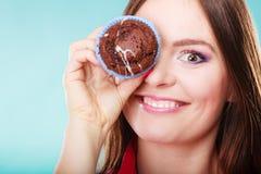 Śmieszni kobieta chwyty zasychają w ręce zakrywa jej oko Fotografia Stock