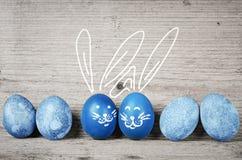 Śmieszni królika Easter jajka Śliczne wakacje dekoracje Obrazy Royalty Free