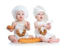 Śmieszni kucharzów dzieciaki chłopiec i dziewczyna fotografia stock
