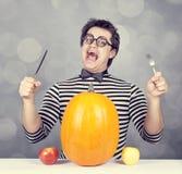 Śmieszni mężczyzna z dwa jabłkami i jeden banią. fotografia stock