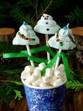 Śmieszni marshmallows kształtujący jako Bożenarodzeniowi jedlinowi drzewa i bałwan na kijach Obraz Stock