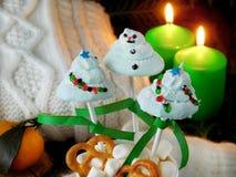 Śmieszni marshmallows kształtujący jako Bożenarodzeniowi jedlinowi drzewa i bałwan na kijach Fotografia Stock