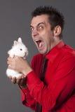 śmieszni mienia mężczyzna królika biel potomstwa Zdjęcie Stock