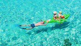 Śmieszni momenty z jego dzieciakami na morzu Mallorca obraz stock
