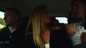 Śmieszni przyjaciele tanczy musik jak szalony w dużym samochodowym jeżdżeniu być na wakacjach Cypr zbiory wideo
