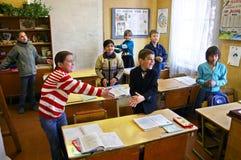 Śmieszni sporty pauzują sala lekcyjną w wiejskiej szkole podstawowej, Rus Fotografia Stock