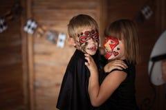Śmieszni straszni dzieci z malować twarzami, pojęcie Halloween Zdjęcia Royalty Free