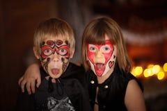 Śmieszni straszni dzieci z malować twarzami, pojęcie Halloween Fotografia Royalty Free
