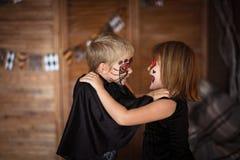 Śmieszni straszni dzieci z malować twarzami, pojęcie Halloween Zdjęcia Stock