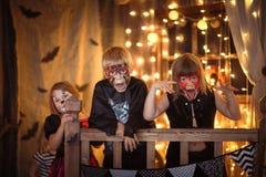 Śmieszni straszni dzieci z malować twarzami, pojęcie Halloween Obraz Stock
