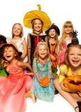 Śmieszni szczęśliwi dzieciaki w Halloweenowych kostiumach zdjęcia royalty free