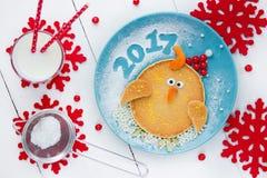 Śmieszny śniadanie dla dzieciaków - blin kształtował koguta kurczaka lub ch Zdjęcia Stock