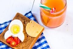 Śmieszny śniadanie dla dzieciaka Zdjęcia Royalty Free