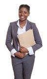 Śmieszny afrykański bizneswoman z kartoteką obrazy stock