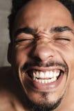Śmieszny afrykański mężczyzna odizolowywający nad popielatym tłem zamknięte oczy Obrazy Royalty Free