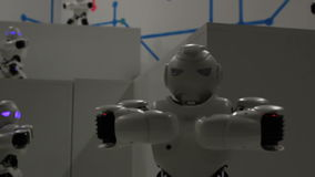 Śmieszny biały dancingowy robota dokładne spojrzenie zdjęcie wideo