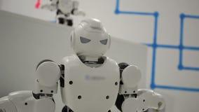 Śmieszny biały dancingowy robota dokładne spojrzenie zbiory