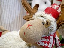 Śmieszny Bożenarodzeniowy renifer w Santa kapeluszu Obrazy Royalty Free