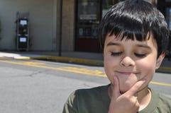 śmieszny chłopiec główkowanie obraz stock