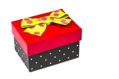 Śmieszny czerwieni i czerni prezenta pudełko z zielonym faborkiem odizolowywającym Obrazy Royalty Free