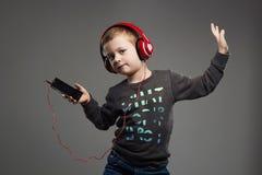 Śmieszny dancingowy dziecko mali chłopiec hełmofony dzieciak słuchająca muzyka Obraz Royalty Free