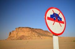 Śmieszny Drogowy podpisuje wewnątrz afrykanin pustynię Fotografia Royalty Free