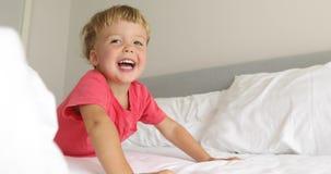 Śmieszny dzieciak śmia się i bawić się w łóżku zbiory wideo