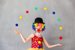 Śmieszny dzieciaka błazenu bawić się salowy Zdjęcia Royalty Free