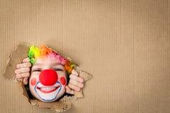 Śmieszny dzieciaka błazenu bawić się salowy Zdjęcie Stock
