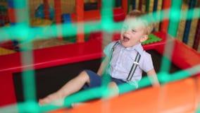Śmieszny dziecka doskakiwanie na trampoline w boisku zbiory