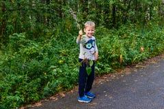 Śmieszny dziecko chwytał trawy outdoors fotografia royalty free