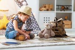 Śmieszny dziecko dziewczyny turysta z światową mapą, plecakiem i magnifier, Fotografia Royalty Free