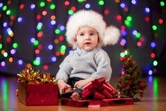 Śmieszny dziecko w Santa kapeluszu na świątecznym tle zdjęcie stock