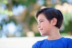 Śmieszny dziecko z dziesięć lat z błękitną koszulką Fotografia Stock